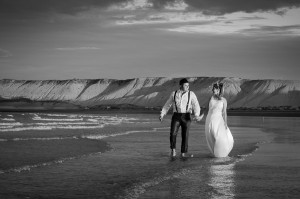 trash the dress de johana y maxi en las playas de puerto madryn por anibal alvarez fotografo