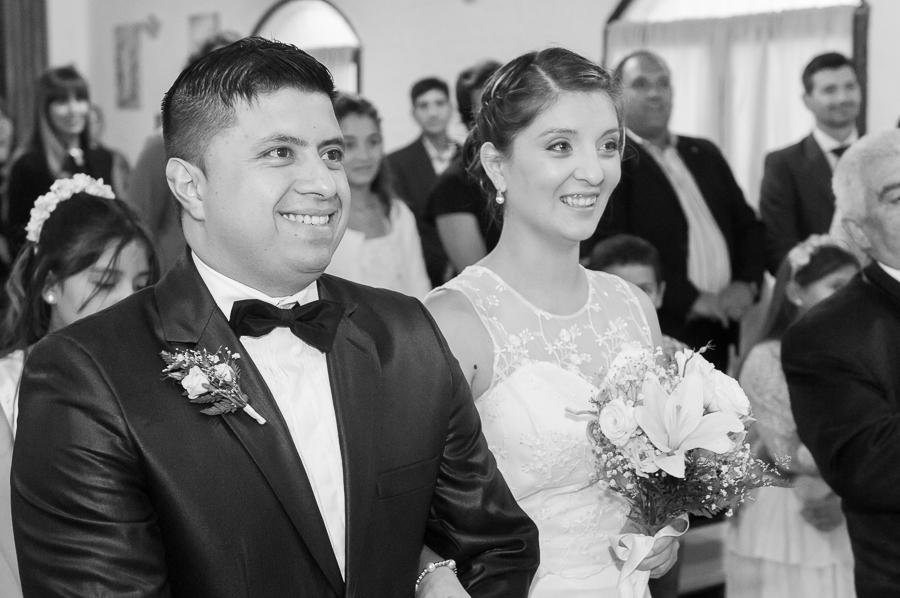 ceremonia religiosa del casamiento de johana y maxi en la parroquia sagrada familia de puerto madryn por el fotografo anibal alvarez