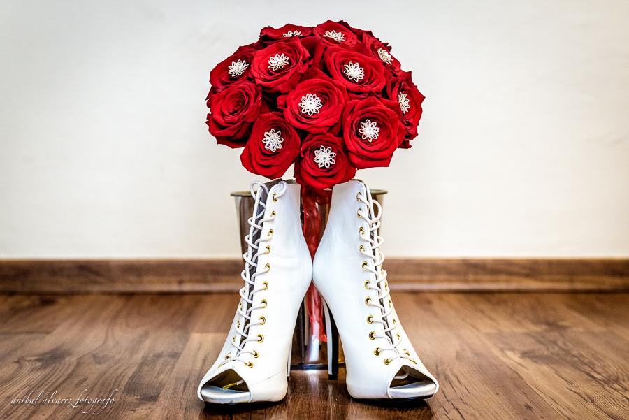 Rocio + Adrian detalle de ramo y zapatos de la novia en Hotel Apart Patagonia de Trelew por Anibal Alvarez Fotografo